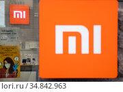 Логотип китайского производителя электронники Xiaomi в фирменном магазине на Тверской улице в центре города Москвы, Россия. Редакционное фото, фотограф Николай Винокуров / Фотобанк Лори