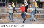 Modern tweens in protective face masks dancing hip-hop on summer street. New urban lifestyle concept during coronavirus. Conscious generation. Стоковое видео, видеограф Яков Филимонов / Фотобанк Лори