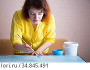 woman paints boards with a brush. Handcrafted background. Стоковое фото, фотограф Анна Гучек / Фотобанк Лори