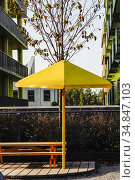 Stockholm, Sweden A yellow parasol in a park in Norra Djurgardsstaden... Стоковое фото, фотограф A. Farnsworth / age Fotostock / Фотобанк Лори