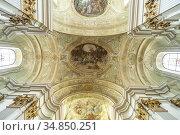 Deckenfresken in der barocken Pfarrkirche Mariahilfer Kirche in Wien... Стоковое фото, фотограф Peter Schickert / age Fotostock / Фотобанк Лори
