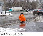 Работник коммунальной службы. Хабаровская улица. Район Гольяново. Город Москва (2009 год). Редакционное фото, фотограф lana1501 / Фотобанк Лори