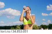 woman running and drinking water from bottle. Стоковое видео, видеограф Syda Productions / Фотобанк Лори
