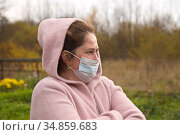 Грустная женщина в медицинской маске. Стоковое фото, фотограф Наталия Кузнецова / Фотобанк Лори
