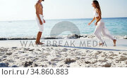 Woman running towards man and jumping in his arms at the beach 4k. Стоковое видео, агентство Wavebreak Media / Фотобанк Лори