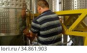 Male worker working in factory 4k. Стоковое видео, агентство Wavebreak Media / Фотобанк Лори