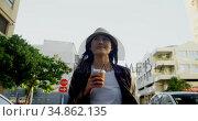 Woman having coffee in city street 4k. Стоковое видео, агентство Wavebreak Media / Фотобанк Лори