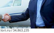 Businessmen shaking hands with each other 4k. Стоковое видео, агентство Wavebreak Media / Фотобанк Лори