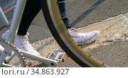 Woman walking with bicycle in the city 4k. Стоковое видео, агентство Wavebreak Media / Фотобанк Лори