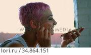 Pink hair woman talking on mobile phone 4k. Стоковое видео, агентство Wavebreak Media / Фотобанк Лори