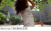 Female model posing for a photoshoot in the city 4k. Стоковое видео, агентство Wavebreak Media / Фотобанк Лори