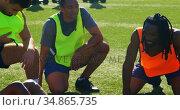 Football players taking a break while practicing 4k. Стоковое видео, агентство Wavebreak Media / Фотобанк Лори