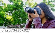 Woman using digital camera 4k. Стоковое видео, агентство Wavebreak Media / Фотобанк Лори