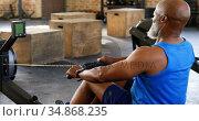 Senior man working out on rowing machine 4k. Стоковое видео, агентство Wavebreak Media / Фотобанк Лори