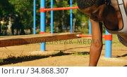Female athlete doing plank in the park 4k. Стоковое видео, агентство Wavebreak Media / Фотобанк Лори