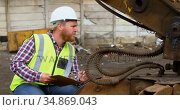 Male worker looking at machine 4k. Стоковое видео, агентство Wavebreak Media / Фотобанк Лори