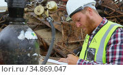 Male worker examining gas cylinder 4k. Стоковое видео, агентство Wavebreak Media / Фотобанк Лори