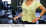 Senior woman doing biceps workout with kettlebell 4k. Стоковое видео, агентство Wavebreak Media / Фотобанк Лори