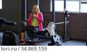 Senior woman drinking water after workout 4k. Стоковое видео, агентство Wavebreak Media / Фотобанк Лори