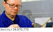 Mechanic working in garage 4k. Стоковое видео, агентство Wavebreak Media / Фотобанк Лори