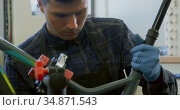 Man repairing bicycle in workshop 4k. Стоковое видео, агентство Wavebreak Media / Фотобанк Лори
