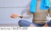 Senior woman performing yoga in yoga center 4k. Стоковое видео, агентство Wavebreak Media / Фотобанк Лори