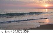 Picturesque beach sunset with crashing waves in evening light. Стоковое видео, видеограф Яков Филимонов / Фотобанк Лори