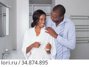 Excited couple looking at each other holding pregnancy test. Стоковое фото, агентство Wavebreak Media / Фотобанк Лори