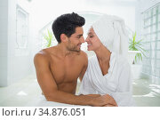 Good looking couple smile at each other. Стоковое фото, агентство Wavebreak Media / Фотобанк Лори