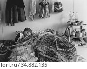 Victims of 1985 earthquake queieng for water and in shelters during... (2013 год). Редакционное фото, фотограф Julio Etchart / age Fotostock / Фотобанк Лори