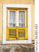 Window of the house with dilapidated shutters on the street in Lisbon (2018 год). Стоковое фото, фотограф Сергей Фролов / Фотобанк Лори