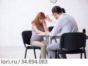 Pregnant woman visiting male psychologist doctor. Стоковое фото, фотограф Elnur / Фотобанк Лори