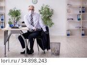Old male boss employee working during pandemic. Стоковое фото, фотограф Elnur / Фотобанк Лори