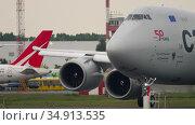 Cargolux Boeing 747 airfreighter taxiing to cargo terminal after landing. Редакционное видео, видеограф Игорь Жоров / Фотобанк Лори