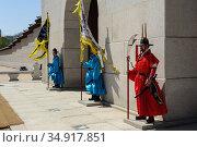 Seoul, South Korea, Royal Guards at Gwanghwamun Gate at Gyeongbokgung Palace (2013 год). Редакционное фото, агентство Caro Photoagency / Фотобанк Лори