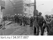 Berlin-Friedrichshain, Germany - Police evacuation of occupied houses in Mainzer Strasse (1990 год). Редакционное фото, агентство Caro Photoagency / Фотобанк Лори