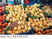Ripe peears are on stall in market. Стоковое фото, фотограф Кекяляйнен Андрей / Фотобанк Лори