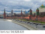 Облачный апрельский день на Кремлевской набережной. Москва, Россия (2015 год). Стоковое фото, фотограф Виктор Карасев / Фотобанк Лори
