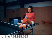 Woman sitting on ping pong table, tennis training. Стоковое фото, фотограф Tryapitsyn Sergiy / Фотобанк Лори
