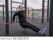 Спортсмен в медицинской маске. Редакционное фото, фотограф Антонина / Фотобанк Лори