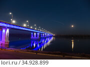 Automobile bridge over the Ob river in Barnaul in autumn at night. Altai Krai, Russia (2020 год). Стоковое фото, фотограф Наталья Волкова / Фотобанк Лори