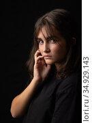 Красивый портрет юной девушки на черном фоне. Стоковое фото, фотограф Иванов Алексей / Фотобанк Лори