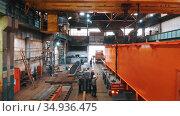 13-08-2020 Russia, Naberezhnye Chelny: plant for the production of lifting cranes - men preparing the part for transportation. Редакционное видео, видеограф Константин Шишкин / Фотобанк Лори
