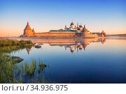 Зеркальные отражения Соловецкого монастыря в лучах утреннего солнца. Стоковое фото, фотограф Baturina Yuliya / Фотобанк Лори