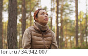 woman drinking tea and eating sandwich in forest. Стоковое видео, видеограф Syda Productions / Фотобанк Лори