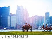 Couple sit on bench over Sunset Point in Detroit (2018 год). Стоковое фото, фотограф Сергей Новиков / Фотобанк Лори