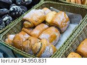Fresh bake cinnamon roll with custard on a store counter. Стоковое фото, фотограф Яков Филимонов / Фотобанк Лори