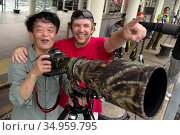 Photographer Chen Jianwei and Magnus Lundgren working side by side, Sai Kung Pier, Hong Kong, China, June. Стоковое фото, фотограф Wayne Wu Ying / Wild Wonders of China / Nature Picture Library / Фотобанк Лори