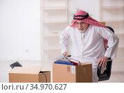 Old arab businessman in office relocation concept. Стоковое фото, фотограф Elnur / Фотобанк Лори