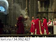 Ritual of swinging the Botafumeiro in the Cathedral of Santiago de... (2015 год). Редакционное фото, фотограф Andre Maslennikov / age Fotostock / Фотобанк Лори